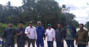 Sejumlah Anggota DPRD Meranti saat meninjau langsung pembangunan jalan di wilayah Kota Sagu
