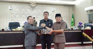 Bupati Meranti, Drs H Irwan, MSi saat bersalaman dengan Wakil Ketua DPRD Meranti, DR H Taufikurrahman, MSi dan Muzamil usai pembahasan KUA-PPAS APBD-P 2019