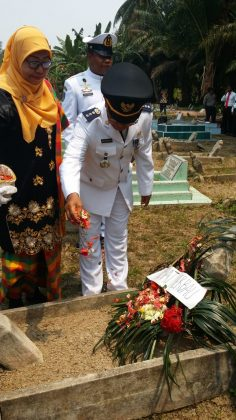 Camat Merbau, Wan Fakhriarmi, S.Sos saat menaburkan bunga di Makam Pahlawan Kecamatan Merbau