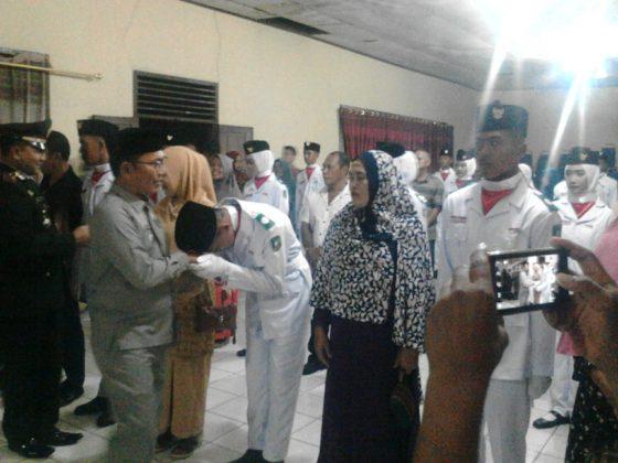 Camat Merbau, Wan Fakhriarmi, S.Sos saat mengukuhkan Anggota Paskibra Kecamatan Merbau
