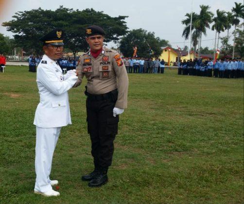 Camat Merbau, Wan Fakhriarmi, S.Sos salam komando bersama Komandan Upacara HUT RI Ke 74 di Kecamatan Merbau usai apel