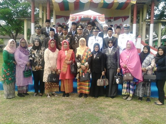 Camat Merbau foto bersama seluruh Upika dan Jajaran Pemerintah Kecamatan Merbau usai upacara