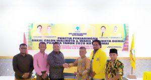 Tengku Dedy didampingi Tengku Sayyed Hasrian dan Tedi Candra Nurziman saat mengambil formulir pendaftaran bakal calon walikota Dumai periode 2021-2026 di Partai Golkar Dumai.