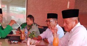 Bakal calon walikota Dumai, Ahmad Maritulius duduk bersama bakal calon wakil walikota H. Amris serta pengurus PPP usai menyampaikan visi misi.