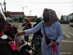 Nita Ariani yang juga Bakal Calon Wakil Walikota membagikan Masker dan HS untuk turut membantu pemerintah dalam memutus mata rantai penyebaran Covid19